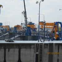 Outdoor slewing jib crane for auxiliary hatching