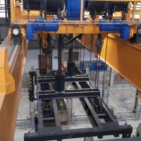 Dvojnosníkový automatický mostový žeriav s klieštinou